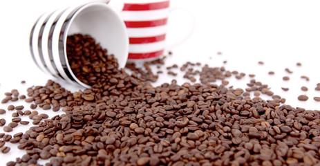 Kaffeebohnen mit Tassen 06