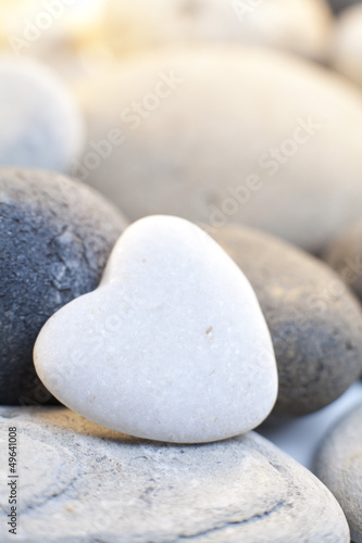 coeur en pierre blanche © auryndrikson