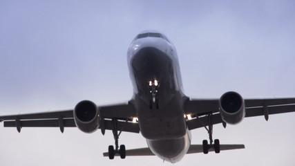 Nahaufnahme von Flugzeug im Anflug