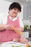 Hausfrau würzt genüsslich ihren Schweinebraten
