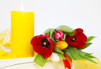 Bunte Tulpen und Kerzenlicht