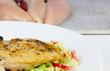 Gebratenes Hähnchenbrustfilet auf Salat