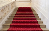 Prachtvolle rote Treppe mit rotem Teppich