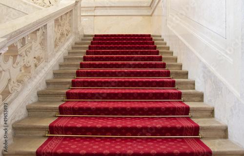 Leinwanddruck Bild Prachtvolle rote Treppe mit rotem Teppich