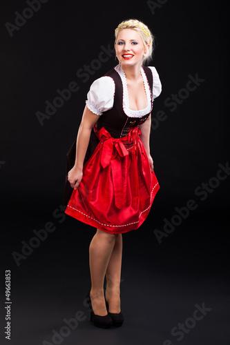 attraktive blonde Frau im Dirndl