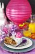 Fröhlich gedeckter Tisch für ein Osterbrunch