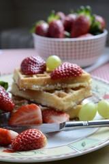 Dessertteller mit Waffeln und Erdbeeren