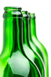 Viele stehende grüne Flaschen hintereinander