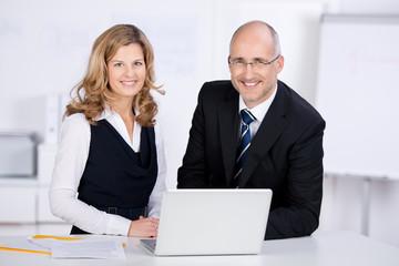 kompetentes team mit laptop