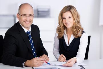 zwei kompetente berater im büro