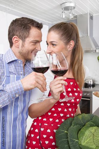 Junges Paar trinkt Wein in der Küche