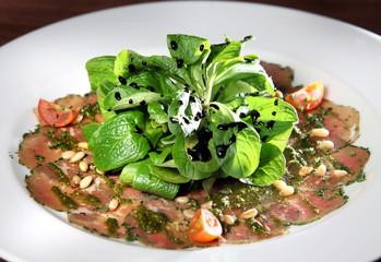 Capaccio vom Rind mit Pesto, Pinienkernen und Salatbouquet