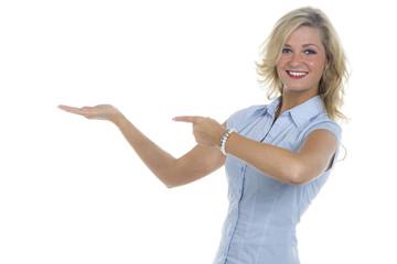 Blonde Frau präsentiert auf der Hand und zeigt mit dem Finger d