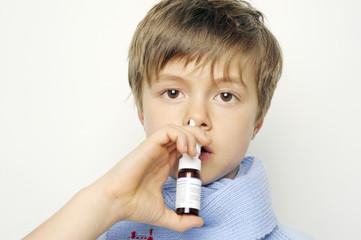 Junge nimmt Nasenspray
