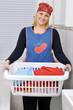 Junge Frau mit Wäschekorb