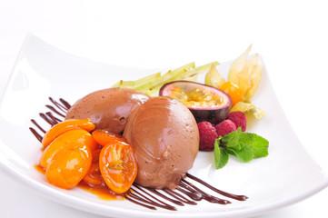 Schokoladeneis mit Früchten und karamellisierten Tomaten