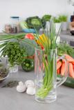 Gartenkräuter - Schnittlauch im Wasserglas