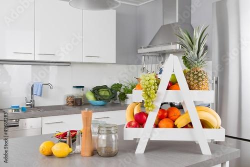 Gesunde Ernährung - Frische Früchte in der Küche