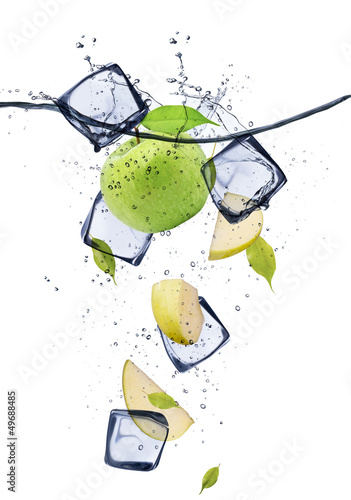 Poster In het ijs Green apple slices with ice cubes, isolated on white background