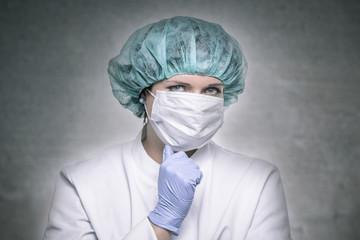 Kecke Chirugin mit Mundschutz