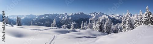 Deurstickers Alpen Winterpanorama in den tief verschneiten Bergen