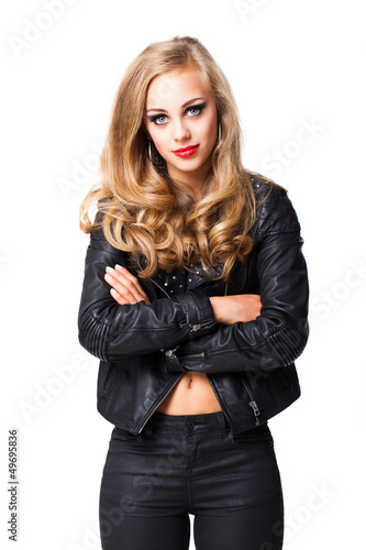 junge blonde Frau im Rocker-Outfit