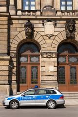 Polizeirevier mit Einsatzfahrzeug