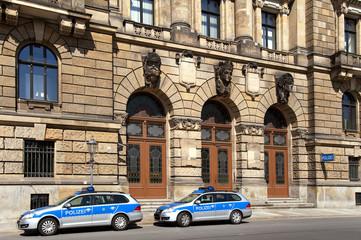 Polizeirevier mit zwei Einsatzfahrzeugen