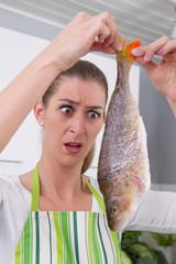 Hausfrau mit Fisch - Barsch - in der Hand - witzig