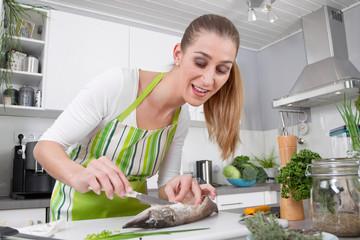 Frischer Fisch - Frau filetiert einen Hecht