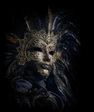 Luksusowe weneckie maski odizolowane na czarno