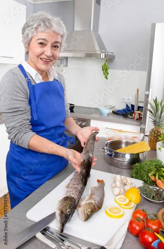 Frischer Hecht und Barsch - Frau kocht Fisch
