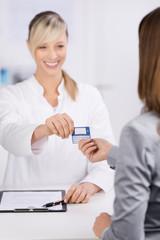 patientin überreicht versicherungskarte
