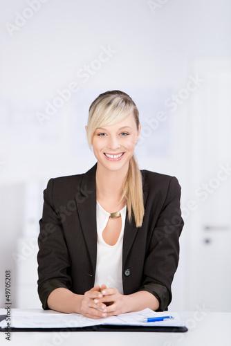 lächelnde geschäftsfrau im büro