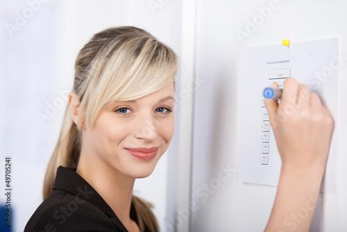geschäftsfrau arbeitet am projektplan