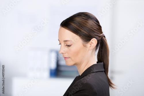 nachdenkliche geschäftsfrau im büro
