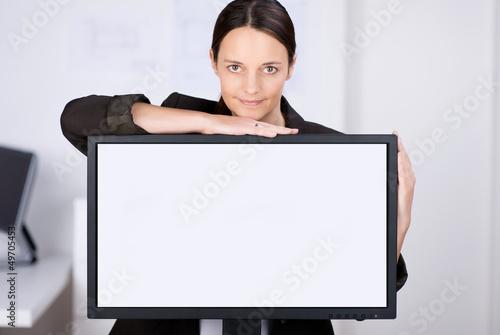 geschäftsfrau zeigt etwas am bildschirm