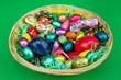 bunter Osterkorb mit Süßes auf grün