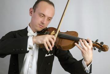 Geige spielender junger Mann