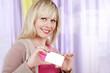 Glückliche Frau mit leerer Scheckkarte - Visitenkarte