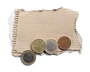 carton et pièces de monnaies mendiant