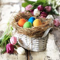 Osterkörbchen mit bunten Eiern