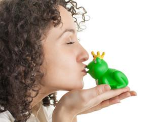 Junge Frau küsst Traumprinz