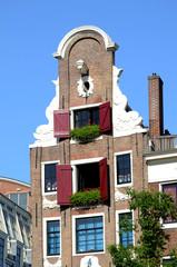 Typisches Haus in Amsterdam mit Geranien im Fenster