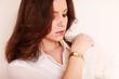 junge Frau trägt Uhr