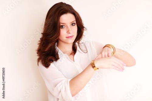 junge Frau präsentiert Uhr