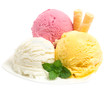 Drei Eissorten mit Waffel auf Teller