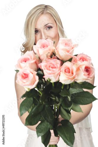 Frau hält Strauß Rosen