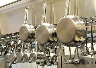 Töpfe unf Pfannen in der Restaurantküche