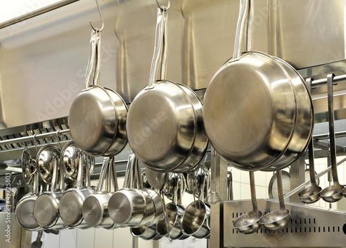Leinwandbild Motiv Töpfe unf Pfannen in der Restaurantküche